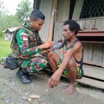 Satgas Pamtas Yonif Raider 300/BJW Beri Pengobatan Dan Pemeriksaan Kesehatan Masyarakat Desa Ampas